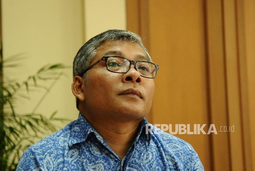 Ilmuan dan Peneliti Warsito Purwo Taruno berbicara kepada media mengenai Pengobatan Kanker temuan Edwar Technologi di kantor Kemenkes, Jakarta, rabu (3/2).