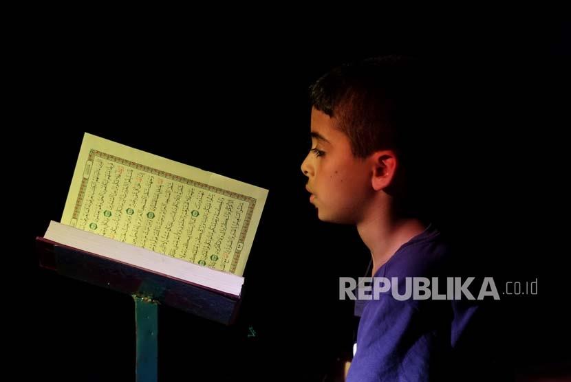 Mushaf Alquran Sekarang Hasil Ijtihad para Sahabat. Ilustrasi Anak membaca Alquran