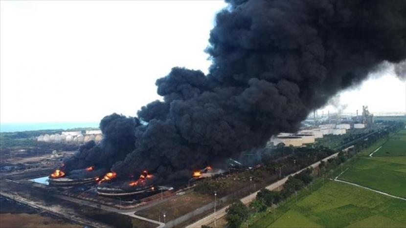 Ilustrasi: Asap tebal mengepul akibat kebakaran di kilang minyak Pertamina di daerah Balongan, di Indramayu, Provinsi Jawa Barat, Indonesia pada hari Senin 29, 2021. Sedikitnya 20 orang terluka dan tiga lainnya hilang akibat kebakaran yang terjadi setelah ledakan besar di kilang milik negara itu.