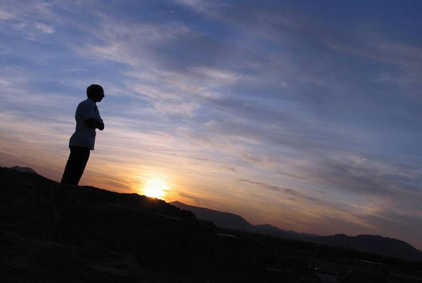 Ilustrasi Berdoa di puncak bukit Uhud