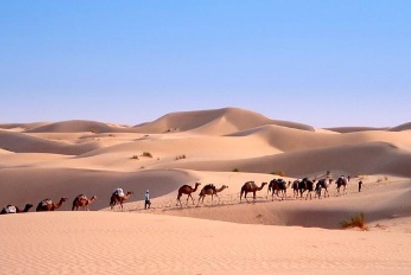 Ilustrasi kafilah dagang di gurun pasir