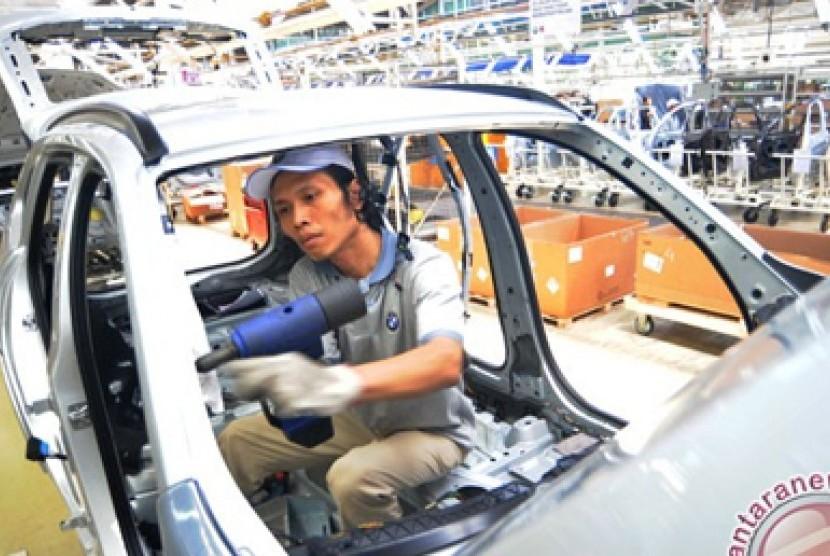 ilustrasi kegiatan di industri otomotif.