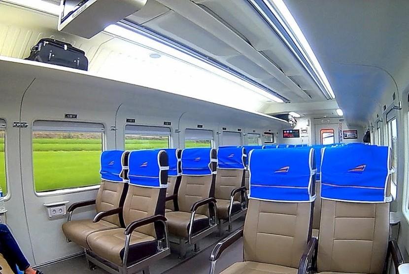 Ilustrasi - Kereta Ekonomi New Image yang diperbarui dengan fasilitas serasa kelas eksekutif.