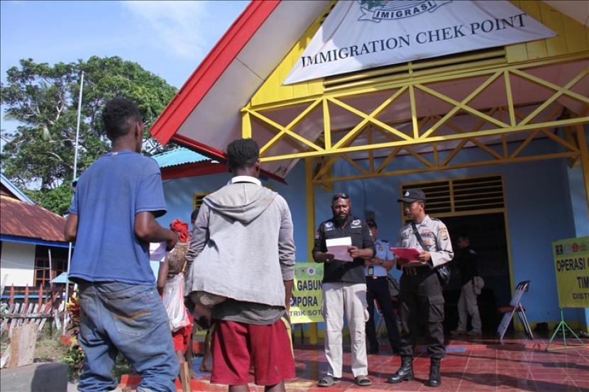 ILUSTRASI. Petugas keamanan yang mencakup Angkatan Darat, Satuan Tugas Keamanan Perbatasan, Polri dan otoritas imigrasi mengadakan operasi pengawasan orang asing dan operasi lainnya menjelang peringatan ulang tahun Gerakan Papua Merdeka (OPM) di Perbatasan Indonesia - Papua Nugin, distrik Sota, Kabupaten Merauke, Papua, pada 26 November 2019.