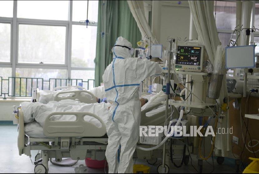 (Ilustrasi) Petugas Kesehatan di Rumah Sakit Pusat Wuhan merawat pasien yang diduga terpapar virus corona di Wuhan, Provinsi Hubei, China.