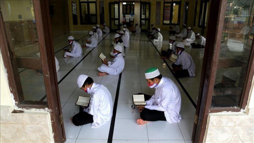 Ilustrasi: Santri belajar di pesantren.