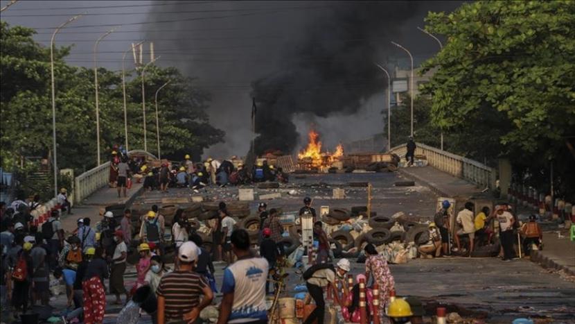 Ilustrasi: Suasana demonstrasi antijunta militer di Myanmar.