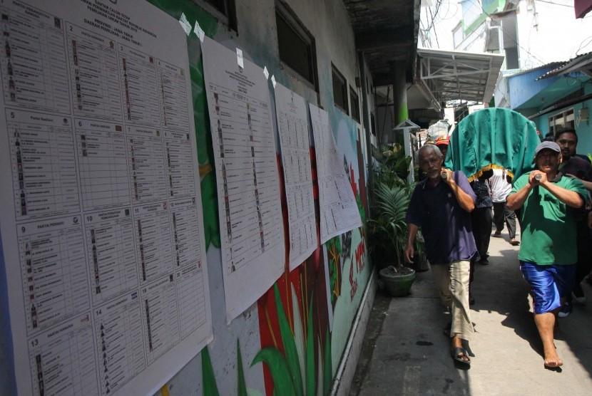 Ilustrasi warga mengusung jenazah anggota Kelompok Penyelenggaran Pemungutan Suara (KPPS) yang meninggal diduga karena kelelahan setelah menjalankan tugas di TPS.