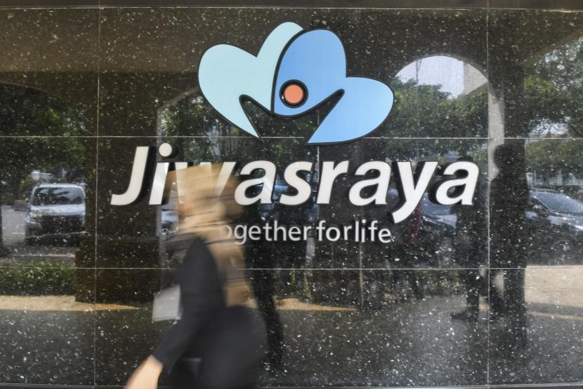 ilustrasi:asuransi jiwa - Warga melintas di depan kantor Asuransi Jiwasraya di Jalan Juanda, Jakarta, Rabu (11/12/2019).