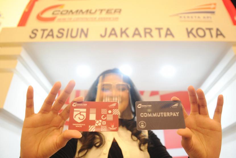 ilustrasi:pembayaran digital - Karyawan menunjukkan kartu Co Branding Commuter Pay saat peluncuran di Plaza Mandiri, Jakarta, Selasa (18/8/2020). Kartu prabayar hasil kolaborasi antara PT KAI dan Bank Mandiri itu akan memudahkan masyarakat dalam melakukan pembayaran di semua moda transportasi dan belanja hanya dengan menggunakan satu kartu. Kartu tersebut dapat diperoleh di loket-loket stasiun kereta Commuterline mulai Oktober 2020.