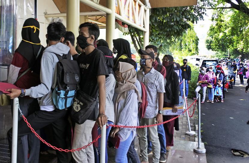 ilustrasi:pencari kerja - Sejumlah warga antre untuk mengurus pembuatan Kartu Pencari Kerja (Kartu Kuning)