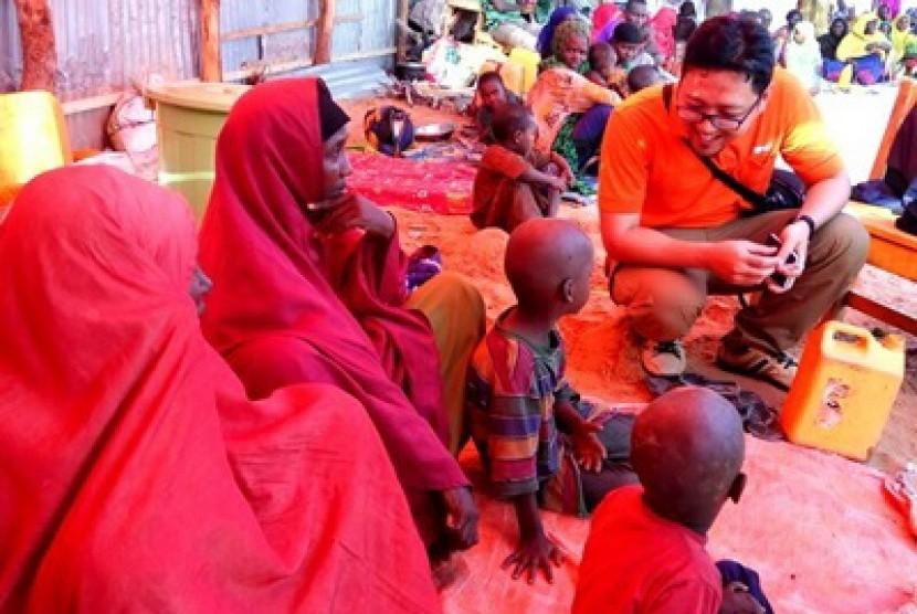 im kemanusiaan Rumah Zakat mendistribusikan paket makanandan air bersih di Camp Kaamil, Somalia.