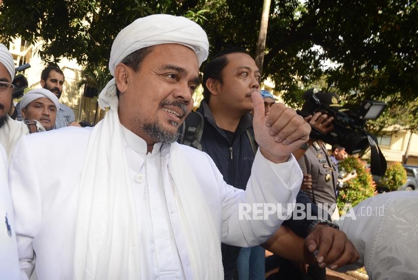 Imam besar Front Pembela Islam (FPI) Habib Muhammad Rizieq Syihab tiba untuk menjadi saksi ahli dalam gelar perkara dugaan kasus penistaan agama di Rupatama Mabes Polri, Jakarta, Selasa (15/11).