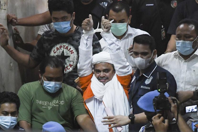 Imam Besar Front Pembela Islam, Habib Rizieq Shihab (tengah) ditahan Polda Metro Jaya.