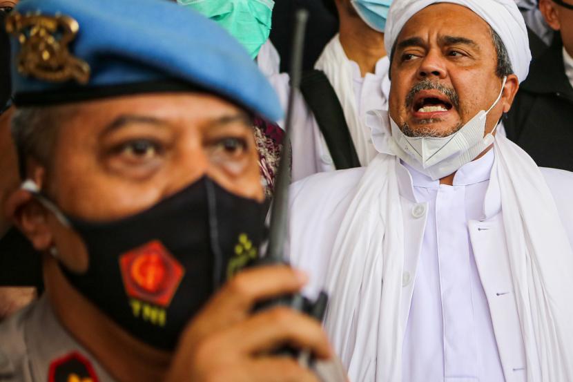 Imam Besar Front Pembela Islam (FPI) Habib Rizieq Shihab (tengah)