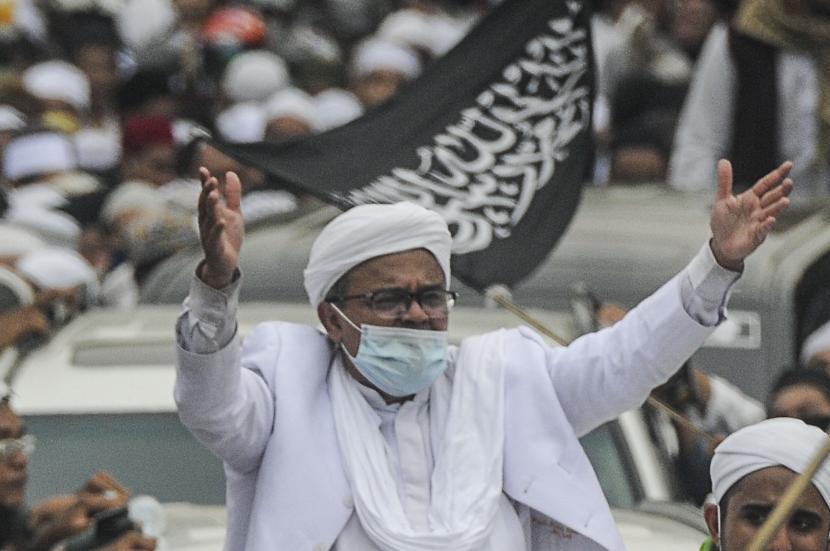 Imam Besar Front Pembela Islam (FPI) Habib Rizieq Shihab menyapa massa saat tiba di kawasan Petamburan, Jakarta, Selasa (10/11). Habib Rizieq Shihab kembali ke tanah air setelah berada di Arab Saudi selama tiga setengah tahun.