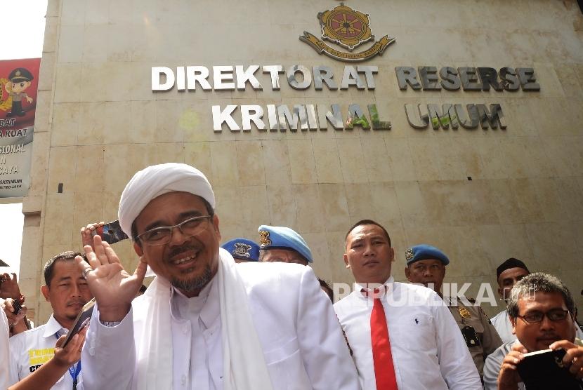 Imam Besar Front Pembela Islam Rizieq Shihab memberikan keterangan kepada awak media sebelum menjalani pemeriksaan sebagai saksi di Direkorat Kriminal Umum Polda Metro Jaya, Jakarta, Rabu (1/2).