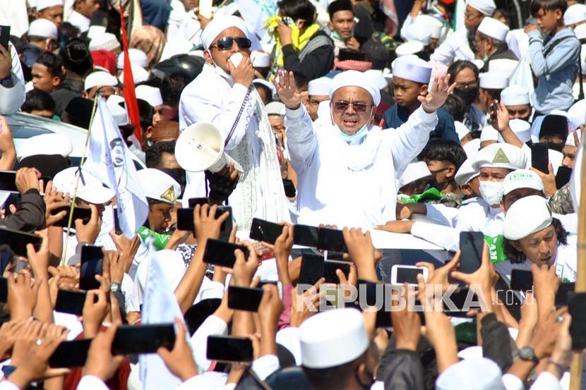 Imam Besar Habib Rizieq Shihab (tengah)