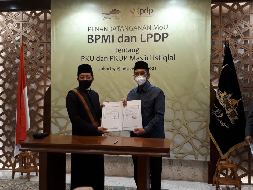 Imam Besar Masjid Istiqlal Prof KH Nasaruddin Umar dan Direktur Utama LPDP Andin Hadiyanto menandatangani nota kesepahaman Penyelenggaraan Pendidikan Kader Ulama Masjid Istiqlal (PKU-MI) di Masjid Istiqlal, Rabu (15/9).