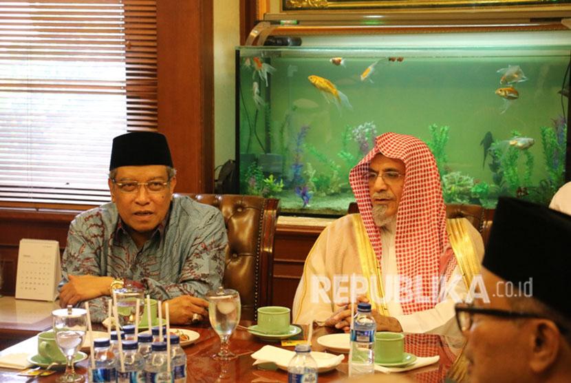 Imam dan Khotib Masjidil Haram Syekh Dr Sholeh bin Abdullah bin Humaid mengunjungi kantor PBNU disambut Ketua Umum PBNU Prof KH Said Aqil Siroj beserta jajaran pengurus PBNU, Jumat (4/5).