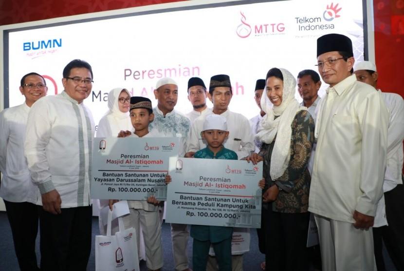 Imam Masjid Besar Istiqlal Nasaruddin Umar (kanan) beserta Badan Pelaksana Pengelola Masjid Istiqlal (BPPMI) meresmikan Masjid Al Istiqomah yang berada di lingkungan Gedung Telkom Landmark Tower.