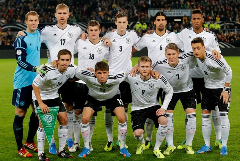 In this Oct 11, 2013 file photo, Germany soccer team poses prior to the start the World Cup Group C qualifying soccer match between Germany and Ireland in Cologne, Germany. Background from left: Manuel Neuer, Per Mertesacker, Toni Kroos. Marcell Jansen, Sa