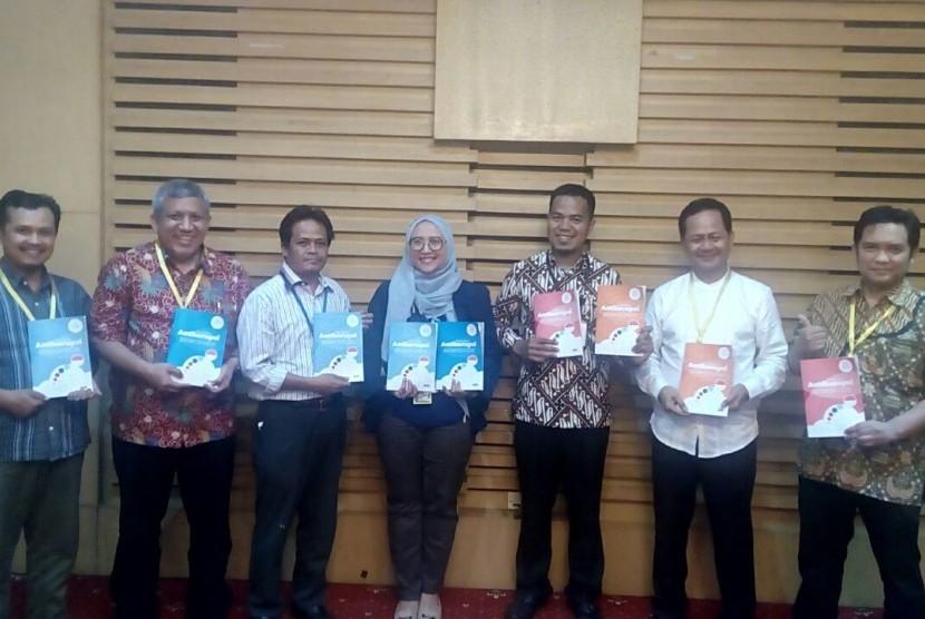 Indonesia Bermutu menyerahkan Modul Pendidikan Antikorupsi kepada KPK di kantor KPK Jakarta, Jumat (4/8).