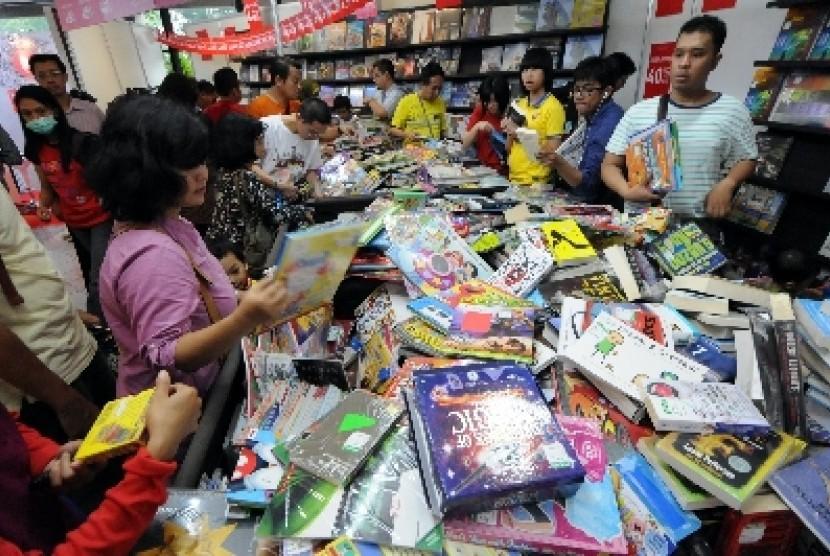 Indonesia Book Fair Pengunjung memilih buku-buku yang dijual di salah satu stan pengisi pameran buku Indonesia Book Fair ke-33 di Istora Senayan, Jakarta,