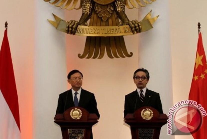 Menlu Marty Natalegawa bertemu dengan mitranya dari Cina, Yang Jiechi, di Jakarta.