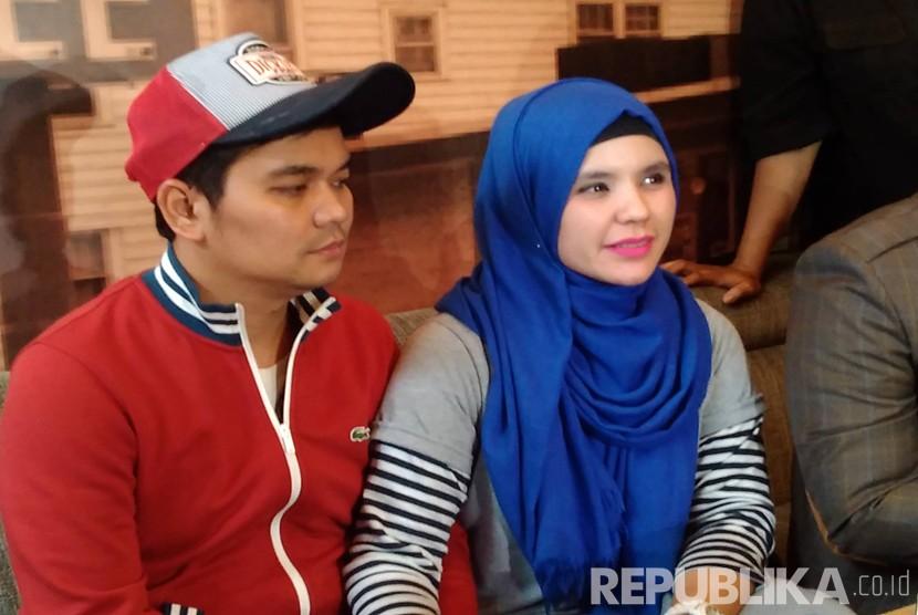 Indra Bekti bersama istri