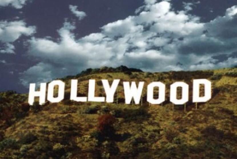 Industri film Amerika Serikat berpusat di Hollywood dan mengimpor filmnya ke Indonesia