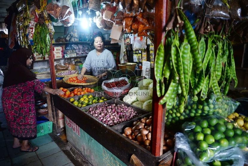 Inflasi Maret 2015: Aktivitas jual beli bahan makanan di Pasar Rumput, Jakarta, Rabu (1/4).