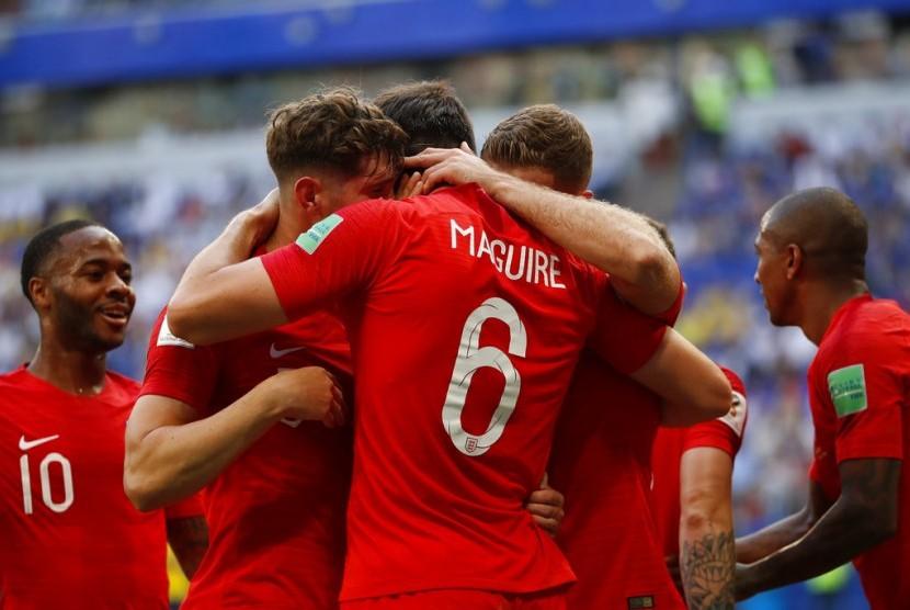 Pemain Inggris Harry Maguire merayakan dengan teman-teman timnya setelah mencetak gol pembuka timnya selama pertandingan perempat final antara Swedia dan Inggris di Piala Dunia 2018 sepak bola di Samara Arena, di Samara, Rusia, Sabtu, 7 Juli 2018.