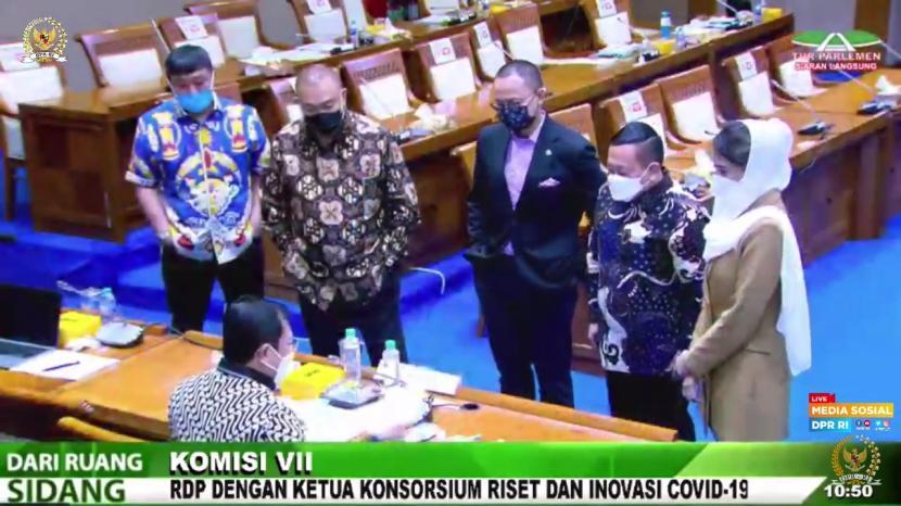 Inisiator Vaksin Nusantara, Letnan Jenderal (Purn) Terawan Agus Putranto, memperagakan proses pembuatan Vaksin Nusantara di depan Anggota dan Pimpinan Komisi VII DPR dalam rapat kerja di Kompleks Parlemen, Senayan, Jakarta, Rabu (16/6)