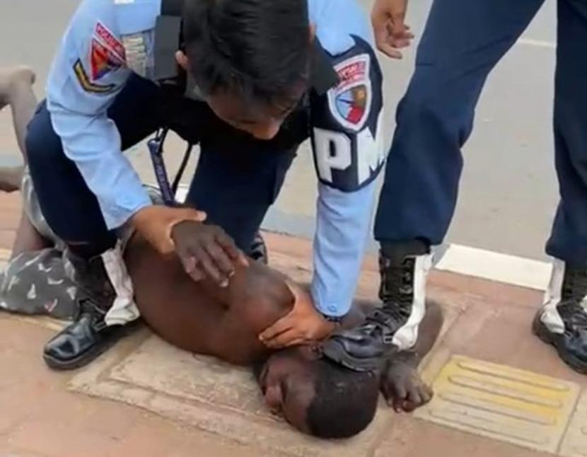 Insiden injak kepala yang dilakukan dua personel Lanud JA DImara, Kota Merauke, Provinsi Papua, Senin (26/7).
