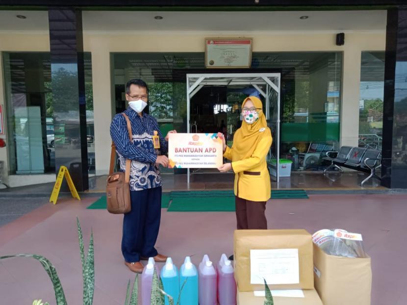 Insitut Teknologi Sains dan Kesehatan (ITS) PKU Muhammadiyah Solo mendonasikan sekitar 500 paket lebih alat pelindung diri (APD) ke sejumlah rumah sakit PKU di Solo Raya.
