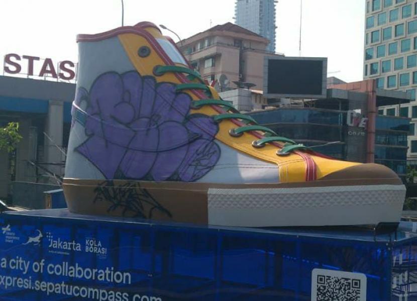 Instalasi seni berbentuk sepatu di Stasiun BNI City, Taman Dukuh Atas, Jakarta Pusat, jadi sasaran vandalisme.