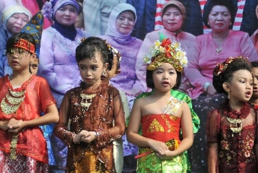 Invasi budaya membuat orang tua harus membekali anaknya dengan kecintaan budaya Indonesia.