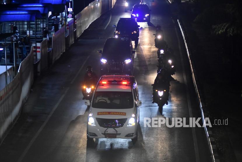 Iring-iringan mobil ambulans yang membawa jenazah almarhum Presiden ke-3 RI, BJ Habibie melintas di kawasan Rasuna Said, Jakarta, Rabu (11/9/2019).