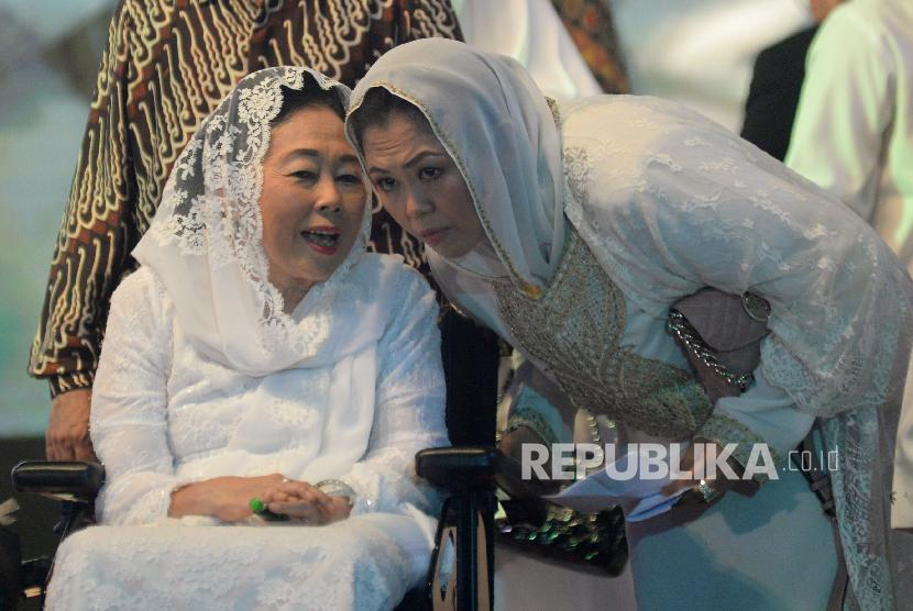 Isteri Presiden ke-4 RI Abdurrahman Wahid, Sinta Nuriyah Wahid bersama dengan putrinya Yenny Wahid (ilustrasi)