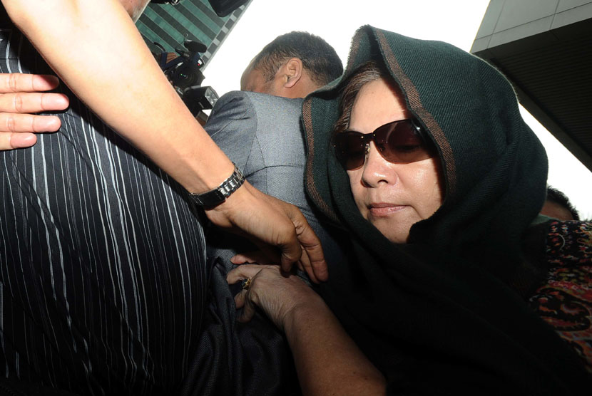Istri Akil Mochtar, Ratu Rita memenuhi panggilan pemeriksaan di Gedung KPK, Jakarta, Selasa (22/10). (Republika/ Tahta Aidilla)