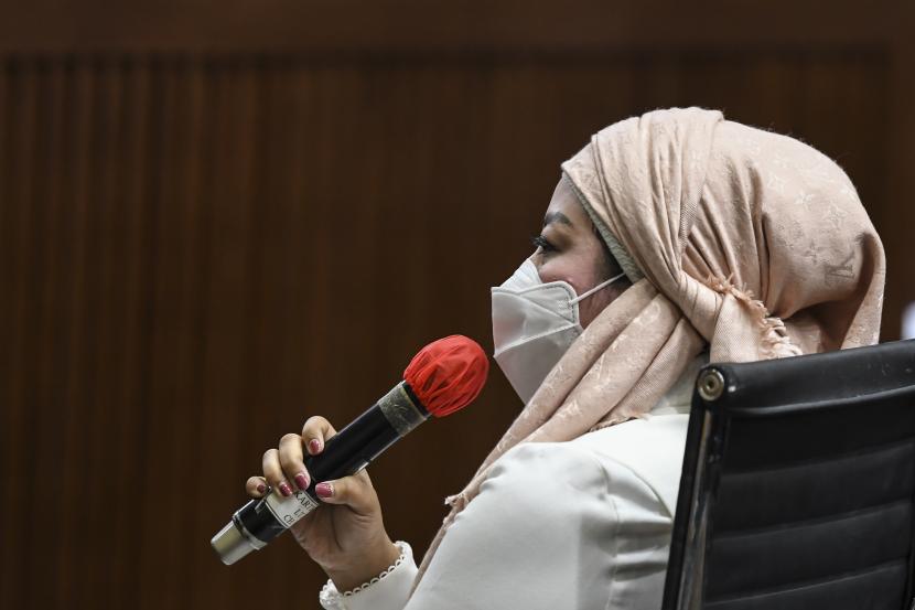 Istri dari terdakwa kasus suap izin ekspor benih lobster tahun 2020 Edhy Prabowo, Iis Rosita Dewi memberikan kesaksian bagi Edhy Prabowo saat sidang di Pengadilan Tipikor, Jakarta, Selasa (18/5/2021). Sidang dari terdakwa mantan Menteri Kelautan dan Perikanan tersebut adalah mendengarkan keterangan dari sembilan orang saksi yang dihadirkan oleh Jaksa Penuntut Umum (JPU).