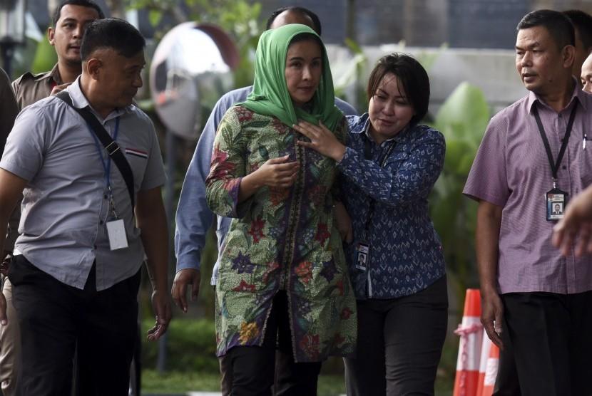 Istri Gubernur Bengkulu Lily Martiani Maddari (kedua kiri) dikawal petugas KPK saat diamankan ke gedung KPK, Jakarta, Selasa (20/6).