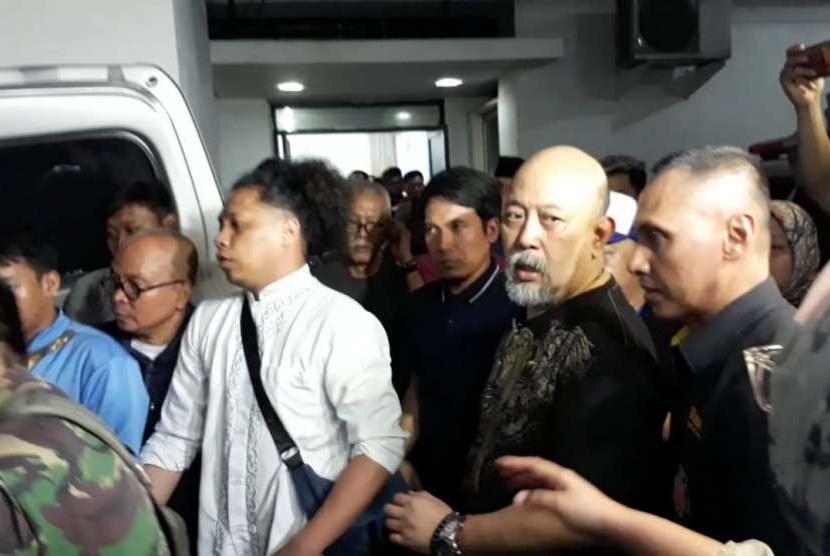 Istri komedian Indro Warkop, Nita Octobijanthy, tutup usia pada Selasa (9/10) petang. Jenazah dibawa dari RS MMC, Jakarta Selatan, ke rumah duka di Jalan Kayu Putih, Jakarta Timur.