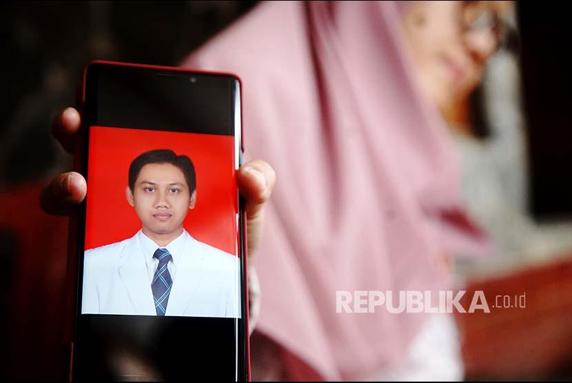 Istri korban menunjukkan foto Ibnu Hartono 33 tahun salah satu penumpang pesawat Lion Air JT 610 di komplek perumahan PELNI Sukmajaya Depok, Jawa Barat, Selasa (30/10)