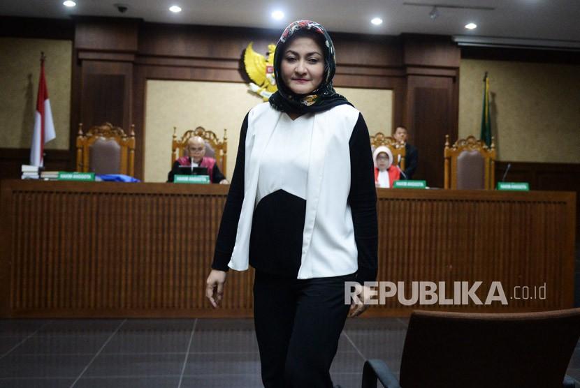 Istri mantan Ketua DPR Setya Novanto, Deisti Astriani Tagor, meninggalkan ruangan usai disumpah sebagai saksi dalam sidang lanjutan kasus merintangi penyidikan korupsi KTP elektronik dengan terdakwa Bimanesh Sutarjo di Pengadilan Tipikor, Jakarta, Senin (16/4).