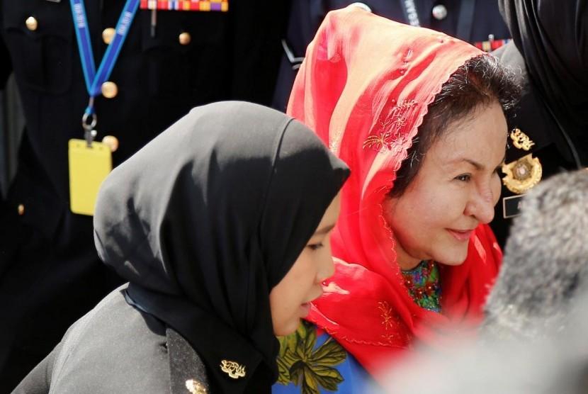 Istri mantan perdana menteri Malaysia Najib Razak, Rosmah Mansor meninggalkan gedung Komisi Antikorupsi Malaysia (MACC) di Putrajaya, Malaysia, Selasa (5/6).