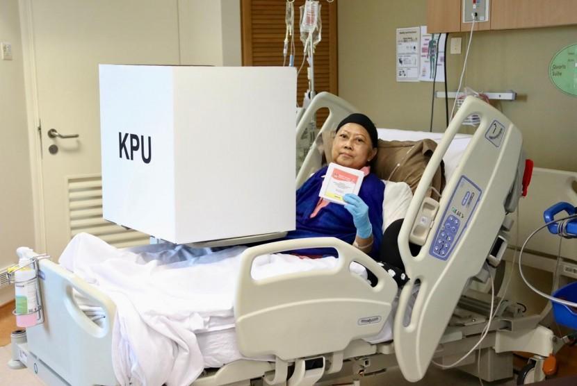 Istri presiden keenam RI Kristiani Herawati atau Ani Yudhoyono menggunakan hak pilihnya pada Pemilu 2019, Ahad (14/4).