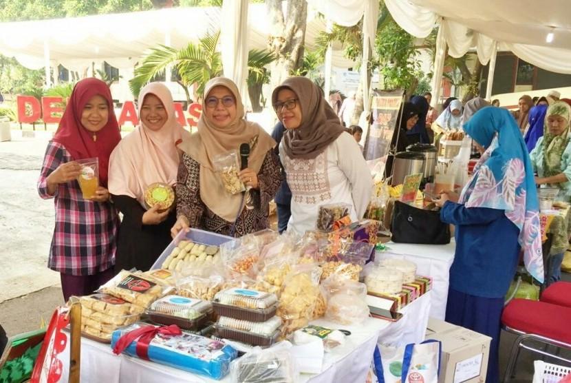 Istri Wali Kota Depok, Elly Farida saat mengunjungi salah satu stan peserta Bazar Ramadhan yang diikuti oleh Wirausaha Baru Depok 2019, di halaman kantor Balaikota Depok, Senin (27/5).