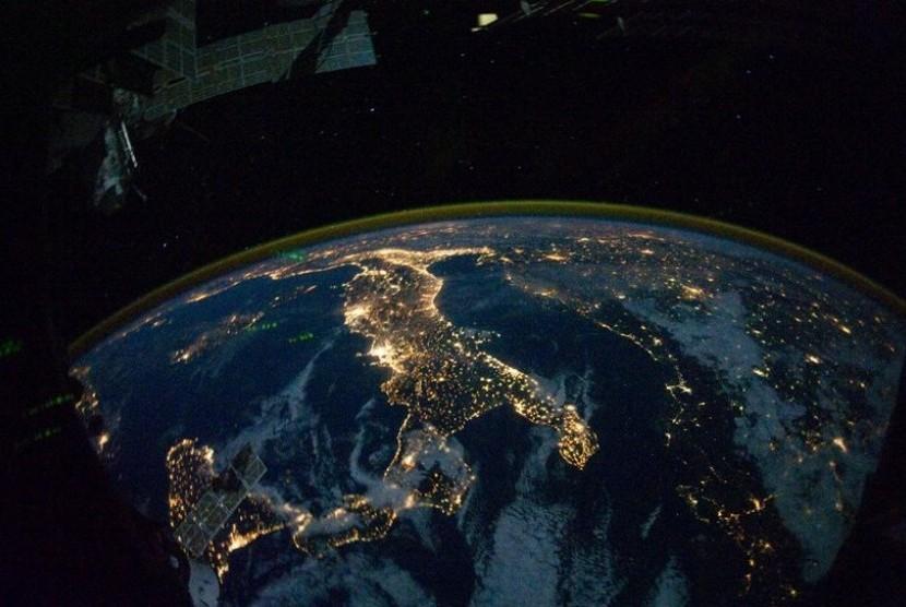 Italia: Sisilia berada di sisi kiri tepat di jempol Italia. Seluruh negara disinari cahaya, menjadikan sedikit tempat yang terlihat sama baik di siang maupun malam hari.